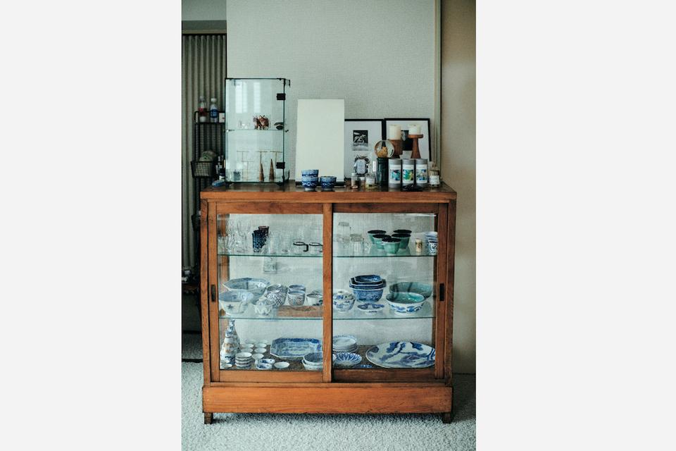 食器棚はオークションで購入した日本の古道具。