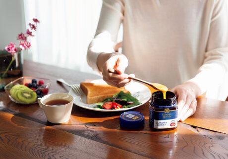 Breakfast with  Ma̱nuka Honey  朝の新しい習慣に、マヌカハニーをひとさじ。