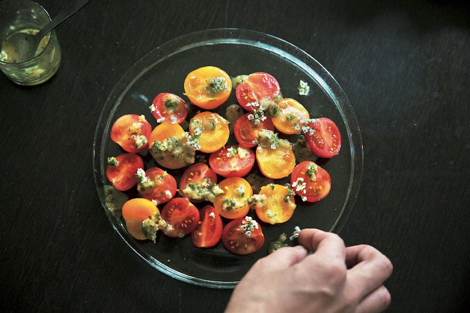 素材を美しく見せるガラスの器には、色鮮やかな野 菜が映える。