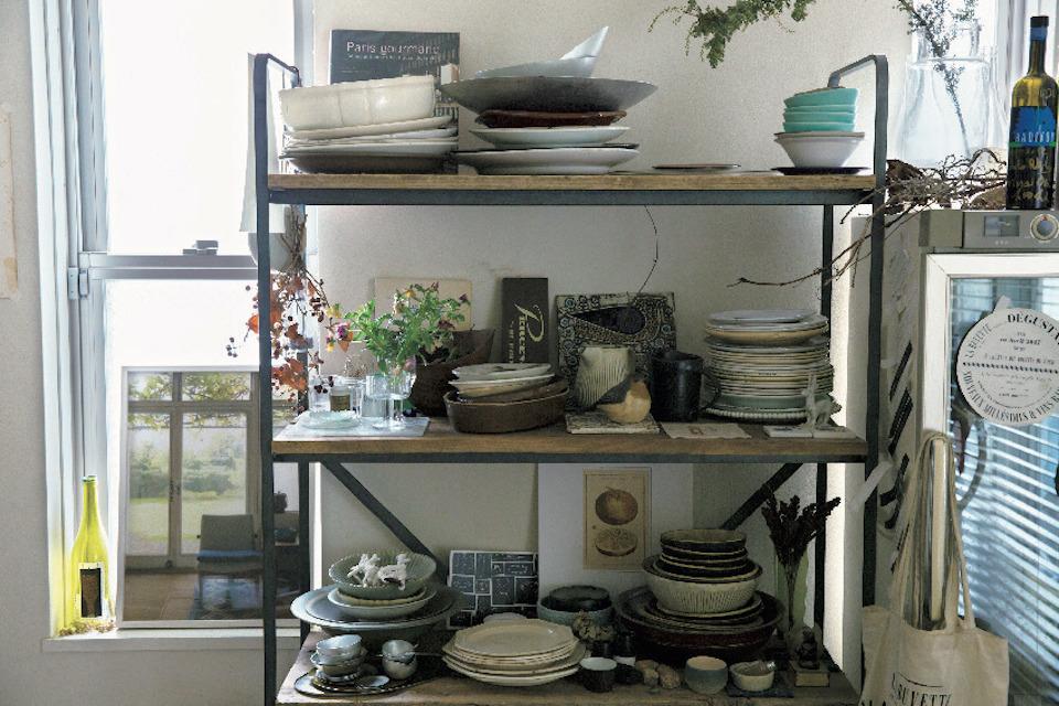 『HAY hutte』にオーダーした食器棚。オブジェを絡め、楽しげなムードに。