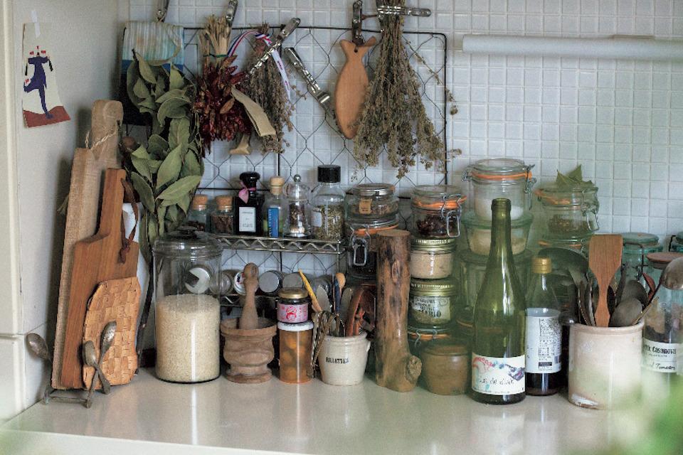食材や米も中身が確認できるジャーを活用。キッチンまわりに統一感が生まれた。