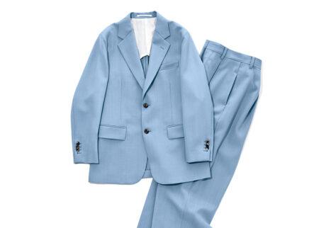 爽やかなブルーが目を引く〈イレーヴ〉のジャケットとパンツ。