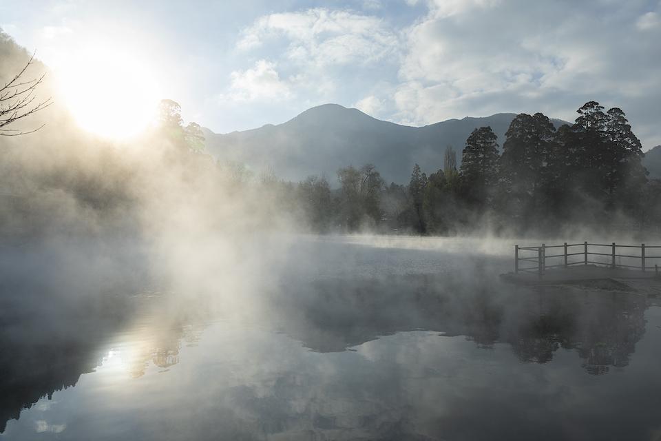 その時、その場所でしか出合えない絶景を紹介する連載「大分じかん」。由布院にある金鱗湖では、寒い日の早朝、写真のような幻想的な光景が現れる。