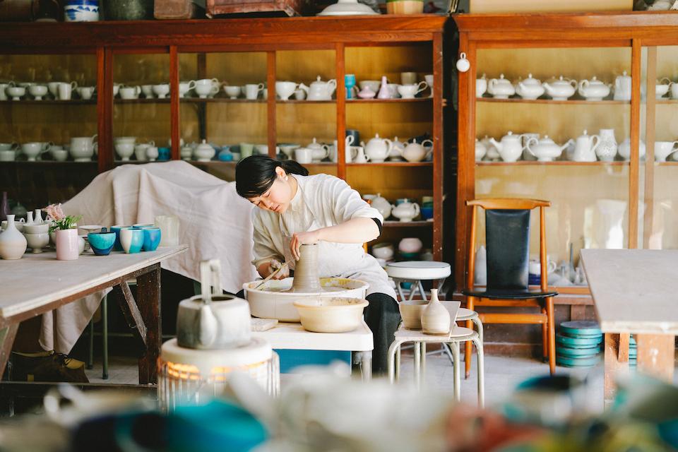 連載「食卓で使いたい、大分の手仕事」では、注目の作り手を訪ねる。第1回目は、杵築(きつき)市で日常のうつわをつくる陶芸家・坂本和歌子さんのところへ。