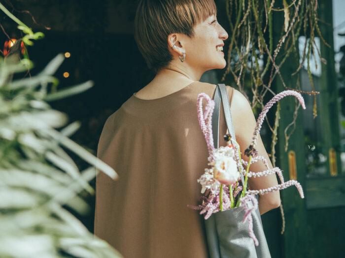 日本で初めてレザーワーキンググループの認証を受けたタンナーで作られた、環境にやさしいレザーを使用したトートバッグに花を入れて。