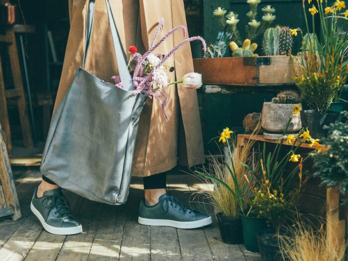 ワンピースは裾にスリットが入った快適仕様。スニーカーは、ソフトな質感のリサイクルレザーをアッパーに使用。軽やかでクッション性のある履き心地が魅力。