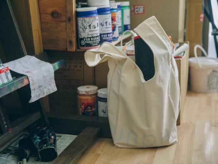 オーガニックコットンを使った、ブランドロゴ入りのトートバッグは、近所への外出や、部屋でちょっとしたものを収納しておくのにも役立つ。