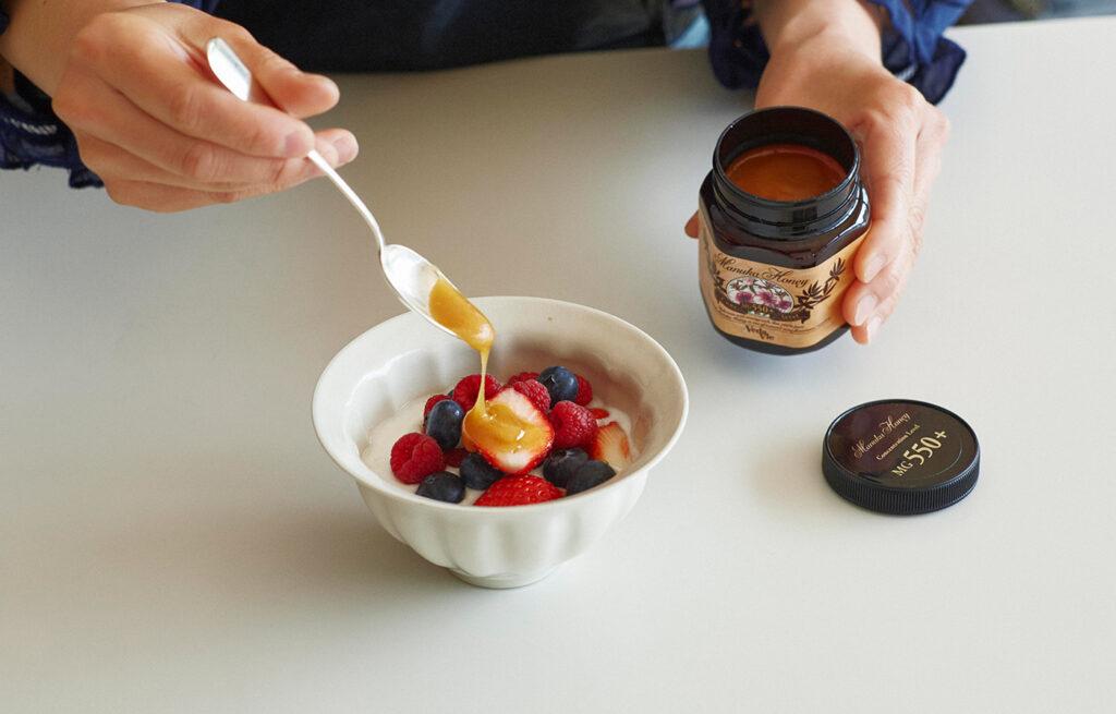 マヌカハニーのコクのある甘味が、フルーツやヨーグルトの酸味ともよく合う。このひとさじで、いつもの朝食がまさしく何十倍もリッチでパワフルに!