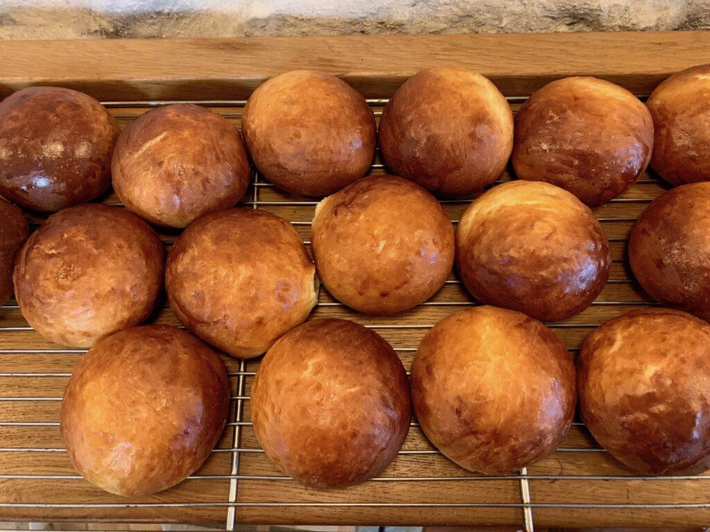 サンドイッチ用のパンは全て自家製。ランチ営業終了後、次々と焼きあがるバンズ。是非とも朝ごはん用に買いたいところだけれど、残念ながらパンだけの販売は考えていないそう。