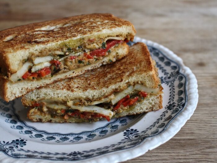 本誌No88で掲載した『モコロコ』の「ハルーミ・グリルド・チーズ」。一見してわかる具ではなく全体に散らばったピンクベージュのソースが主役に思えた。