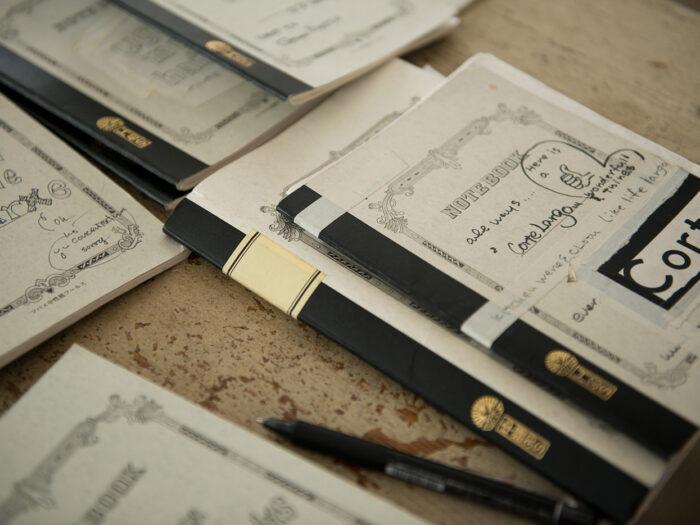 愛用しているツバメノートの表紙には、イラストやステッカーが施されていて楽しげ。