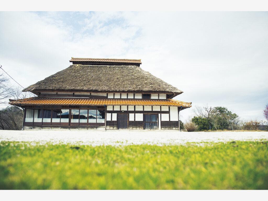 「瑞風」での旅とツアー限定で食事ができる、築150年の古民家を移築した『かやぶきの家』(島根県雲南市木次町寺領2957‒6)。