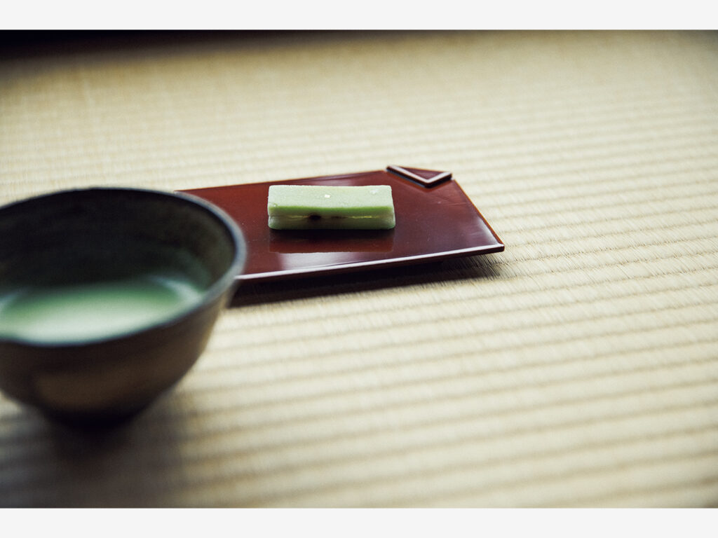 薄茶が供されるのは『明々庵』を眺める座敷にて。「瑞風」の乗客のみに供される菓子・瑞宝はその車体がモチーフ。