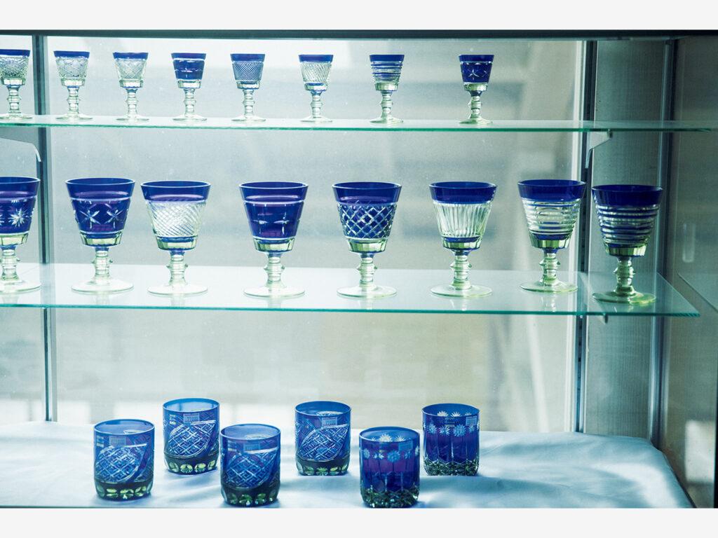 『萩ガラス工房』(山口県萩市椿東越ヶ浜1189‒453)で復刻された萩切り子のグラス。オリジナルのものが「瑞風」でも使用されている。