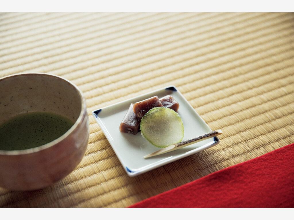 『菊屋家住宅』は母屋などに江戸初期の建築を残し、現存する大型町屋としてはもっとも古い。砂糖漬けの夏みかんや外郎を抹茶と共に。