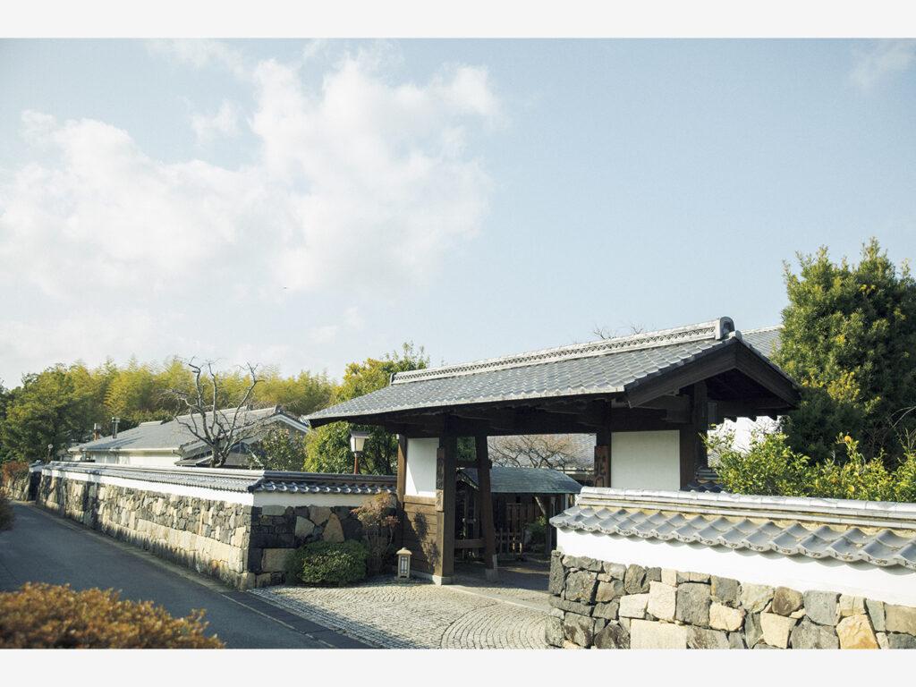 『北門屋敷』(山口県萩市堀内210)はかつての御成道に面しており、表門は毛利家屋敷の石垣を使ったもの。