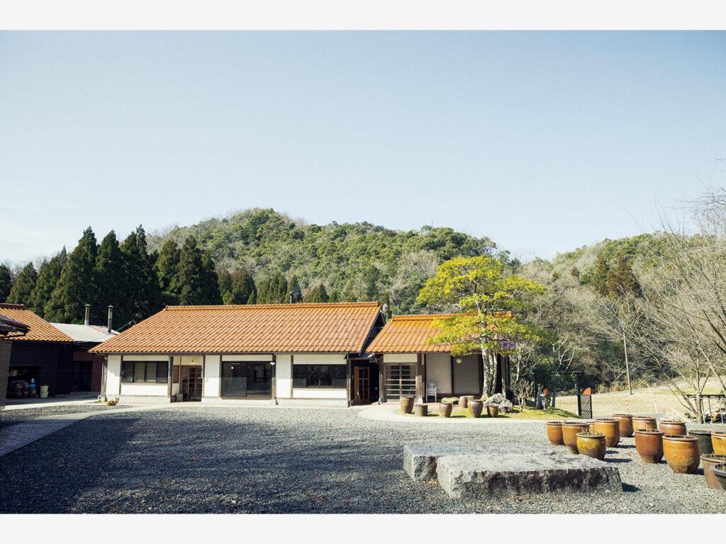 『クラフト館 岩井窯』(鳥取県岩美郡岩美町宇治134−1)には工房、ショップに加え、山本さんが世界中から集めた器や家具を展示する『参考館』、器の使い心地を体感できるカフェなどがある。