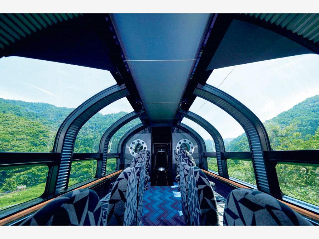 空まで眺められる開放的な展望室、沿線の風を感じる展望デッキを備えた展望車も。