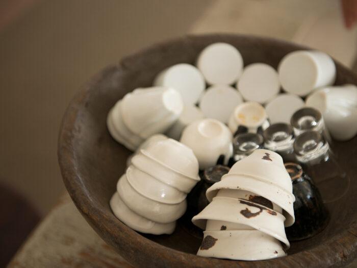 茶器コレクション。温かみのある陶器のほか、ガラス製のものも。