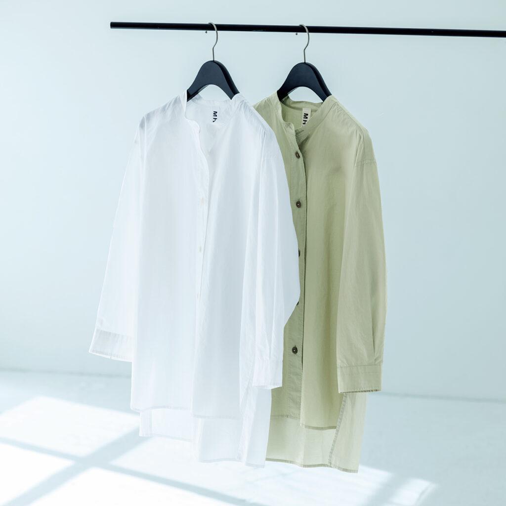 大きくドロップしたショルダー、前後差のある裾のカッティング、太い前立てなど〈MHL.〉ならではのこだわりが随所に。各¥20,000