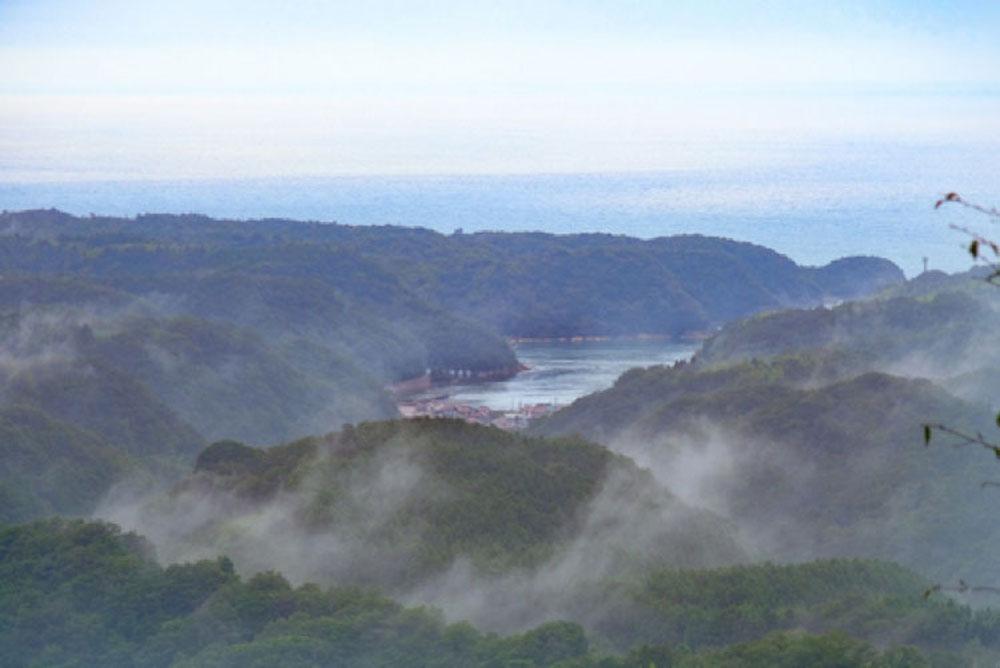 美しい山並みと霧の間から姿を現した世界遺産の町、温泉津(ゆのつ)。