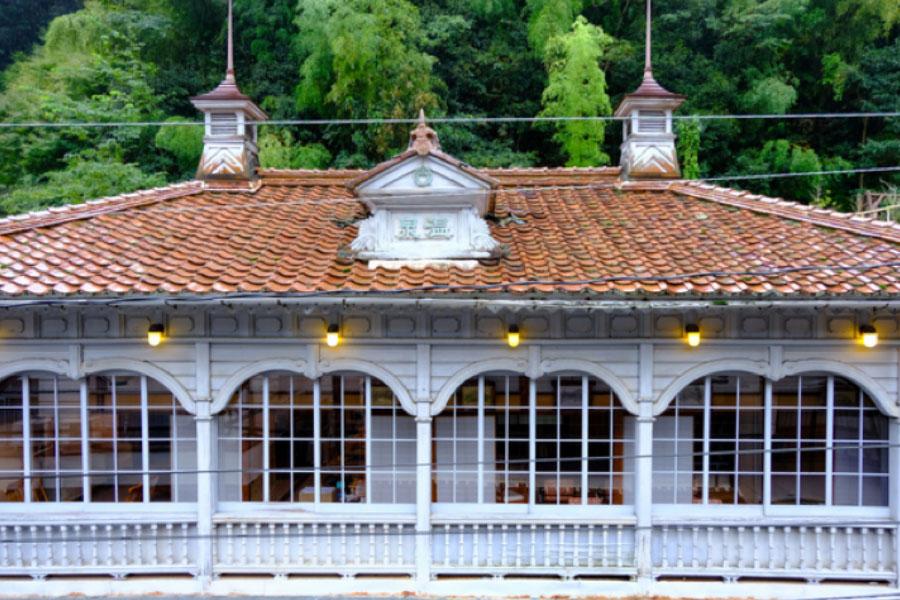 温泉施設をリノベーションした『震湯カフェ内蔵丞』。大正時代から続くレトロな洋館が目をひく。