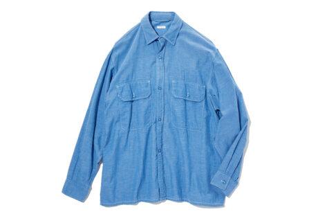 ジャケット代わりにも羽織れる、〈コモリ〉のシャンブレーシャツ。