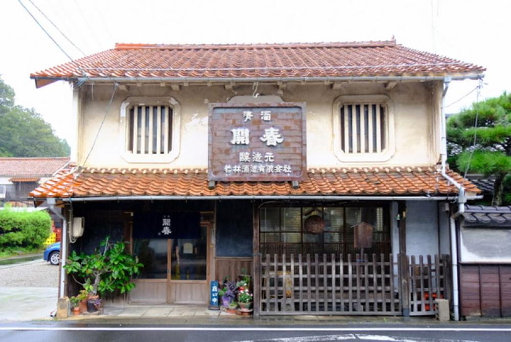 温泉津の温泉街にある『若林酒造』。〈開春〉ブランドは島根の名酒のひとつ。