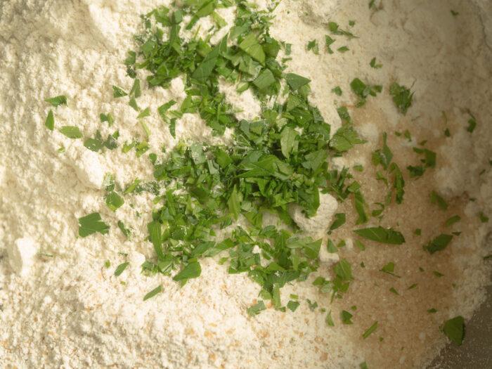 1.ボウルに薄力粉、全粒粉、きび砂糖、塩、イタリアンパセリを入れてゴムベラで混ぜる。