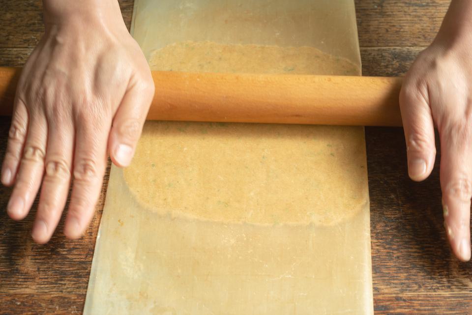 3.オーブンシートに生地を挟み、麺棒で18×18cmにのばしたら、型抜きがしやすいように冷凍庫で25分冷やし、固める。