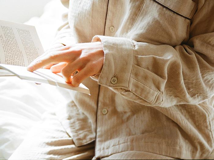 袖口にはカフスとボタンをあしらい、シャツ風のデザインに。