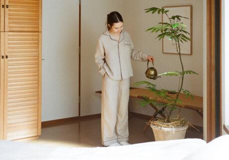 上質なパジャマに包まれる、心地よい朝の始まり。