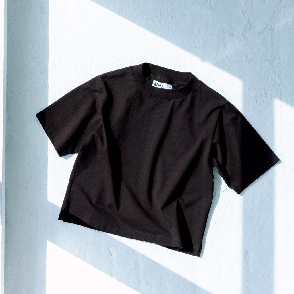 今シーズンの新色は「マホガニー」と呼ばれる深みのあるカラーリングが新鮮。幅の広いリブが特徴的な〈MHL.〉の定番Tシャツ。¥14,300