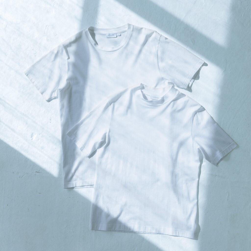 なめらかな肌触りで一度着たら手放せないQ82のモックネック(右)。ユニセックスで使えるメンズTシャツ各¥12,100