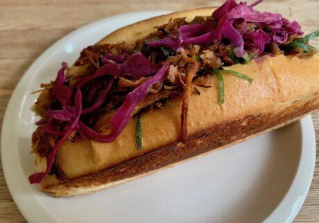 プルド・ポークのサンドイッチ。豚の肩肉に焼き目をつけてから野菜のブイヨンで5〜6時間じっくり煮込んでいる。ちなみにポークは表面に見えている茶色の全部!