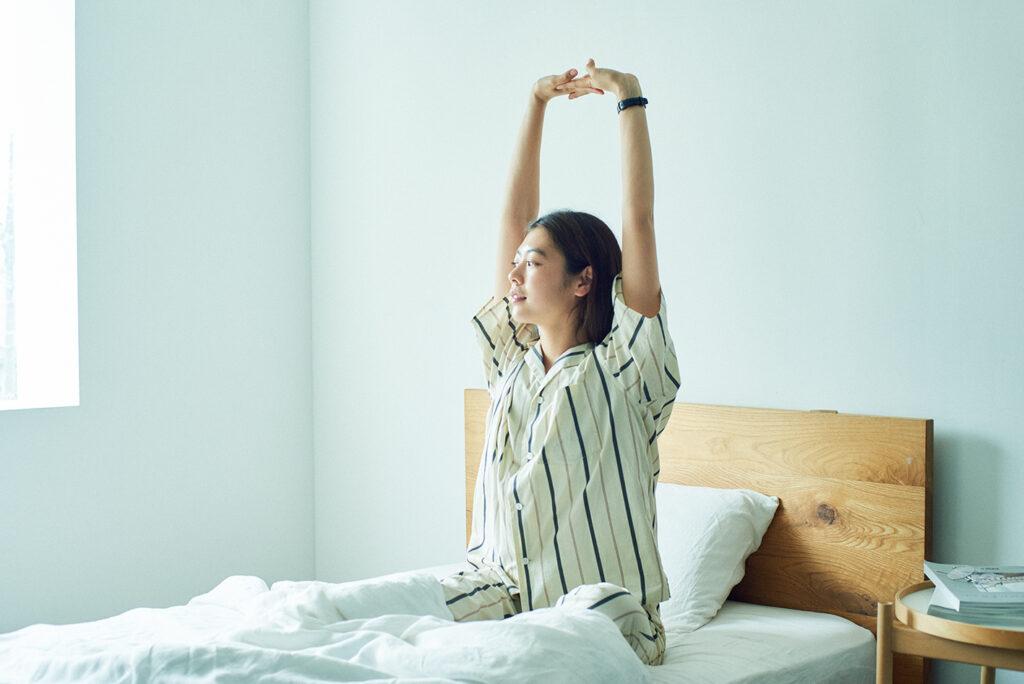 睡眠の経過をたどって、質を分析する睡眠スコアが表示されるほか、就寝時間を通知するリマインダーなども装備。「短時間でもしっかり眠りたいです」という浅野さんの睡眠をさりげなくサポートしてくれる。パジャマシャツ¥18,700、パンツ¥18,700(ともにルーマー/アルファ PR☎03-5413-3546)
