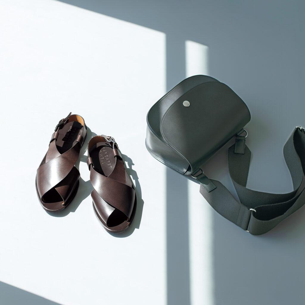 上質な牛革を使いながらもカジュアルな表情で仕上げたバッグ。¥61,600 使い込むほど、足に馴染むサンダル。¥88,000