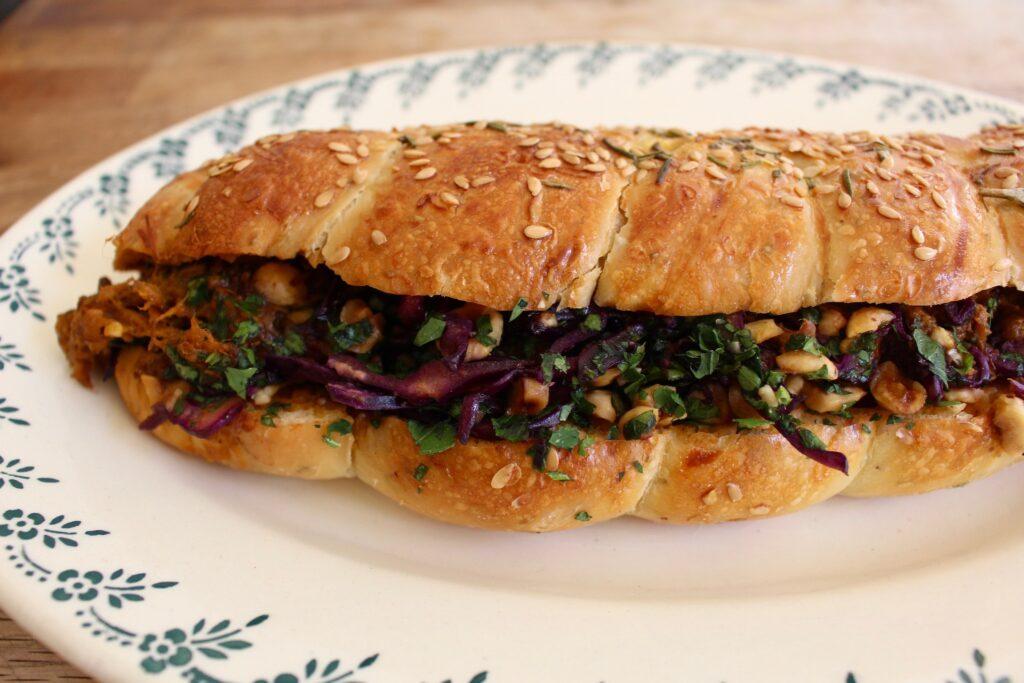 牛シチューのサンドイッチ。ユダヤ教では乳製品とお肉を一緒に食べないそう。だから牛シチューにもルー(同量の小麦粉とバターを炒めて、ソースのつなぎとするもの)は使わず、パンにバターも塗らない。それが、とても美味しかった。