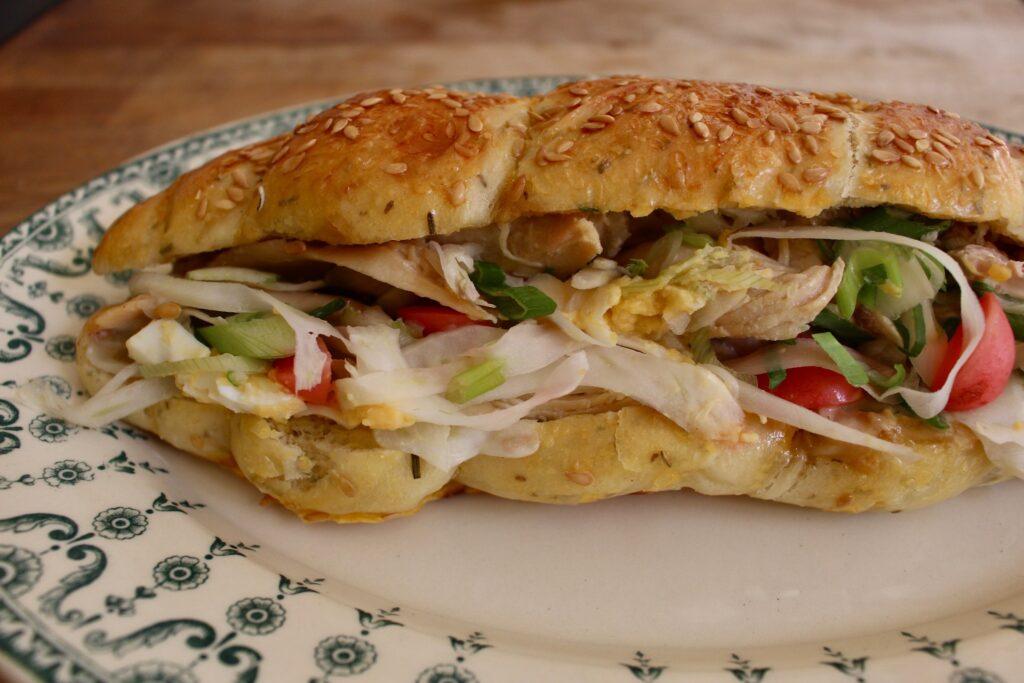 本誌で紹介したローストチキンのサンドイッチ。鶏を丸ごとローストする際に、胴の内側にレモンを詰めていて、その香りが心地よいアクセントとして効いていた。