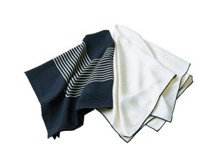 シルクの艶感が美しい、〈ジョン スメドレー〉のスカーフ。