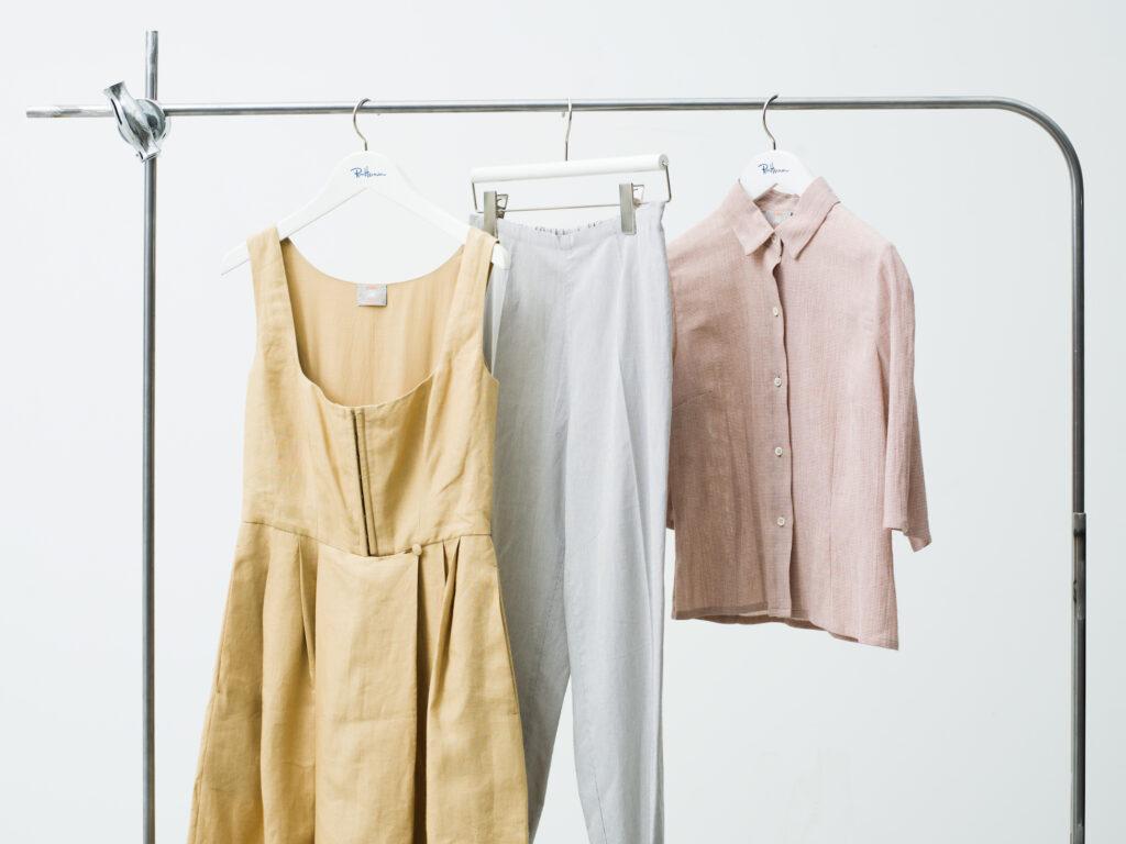 """イタリアの老舗ブランド〈Atelier Bomba 〉とのコラボアイテム。""""旅に持っていきたいもの""""としてドレス、パンツ、シャツをセレクト。40 年間変わらないというクラシックなパターンながら、今も新鮮に着られる洗練されたデザインが美しい。左から、ドレス ¥308,000 、 パンツ¥110,000 、シャツ¥132,000 (以上、ロンハーマン)"""