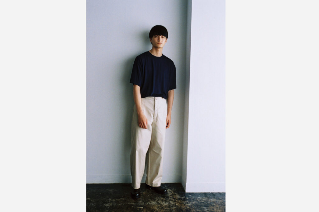 新素材「Summer Wool Jersey」を用いたTシャツは、さり気ない光沢とドレープが上品。一枚でもカジュアルになりすぎない絶妙なバランスに仕上がっている。¥18,700