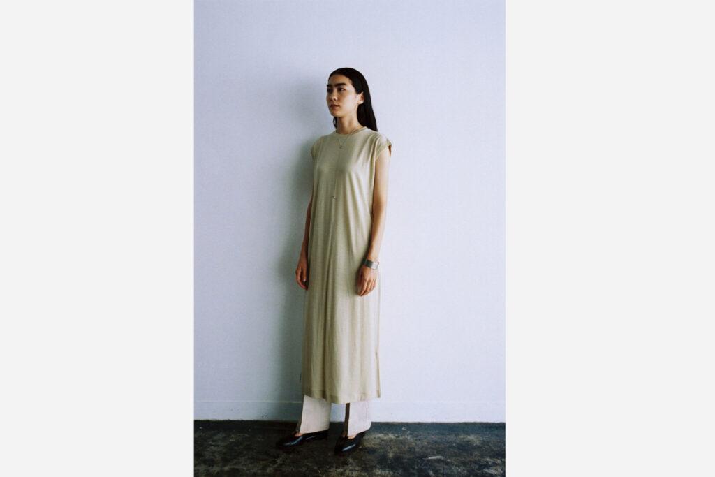 新素材「Summer Wool Jersey」を使ったドレス。上質なウール素材がサラリとした肌触りを実現し、夏こそ楽しみたい一着に。防縮加工が施され、洗濯できるのもうれしい。¥20,900