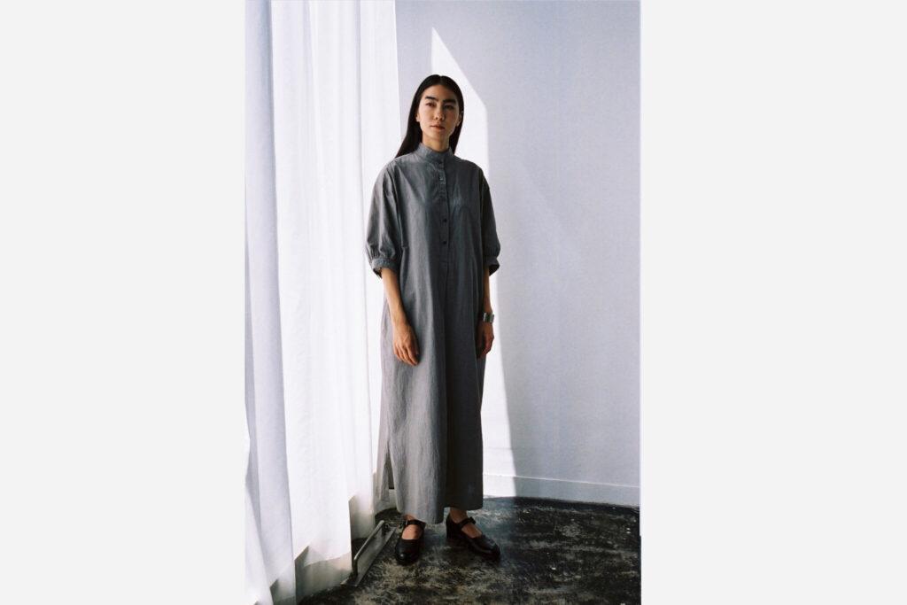 新型の「Summer Smock Gather Dress」。20世紀初頭のフランスで製作されたメンズシャツをもとに、襟やギャザー使いにディテールを踏襲。身幅は大きくフルレングスのシルエットが、今の空気も感じさせる。¥35,200