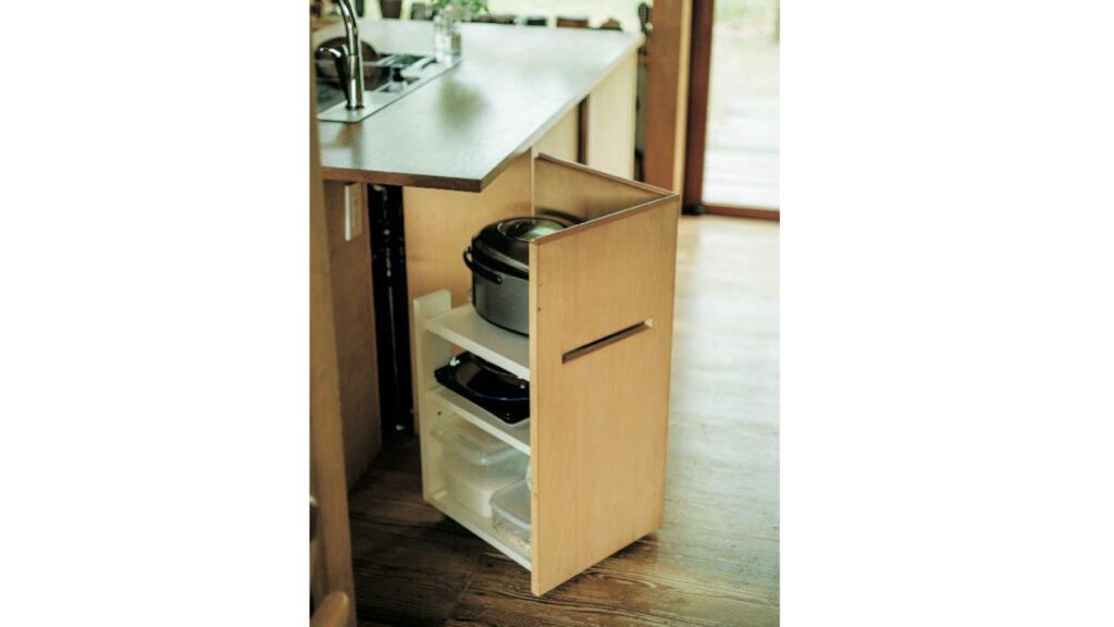 アイランドキッチンには、炊飯器を隠しながら収納できるワゴンを造作。スリットを入れ、動かしやすくした。