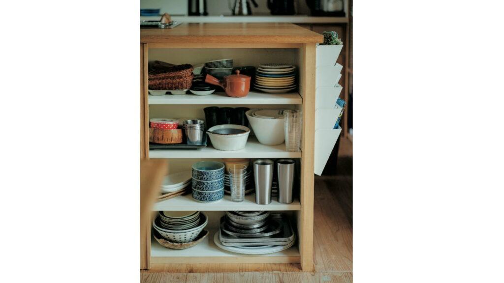 よく使う食器類を収納。「アルミの器 は、小さい子どもたちでもラフに使え て重宝しています」とひとみさん。