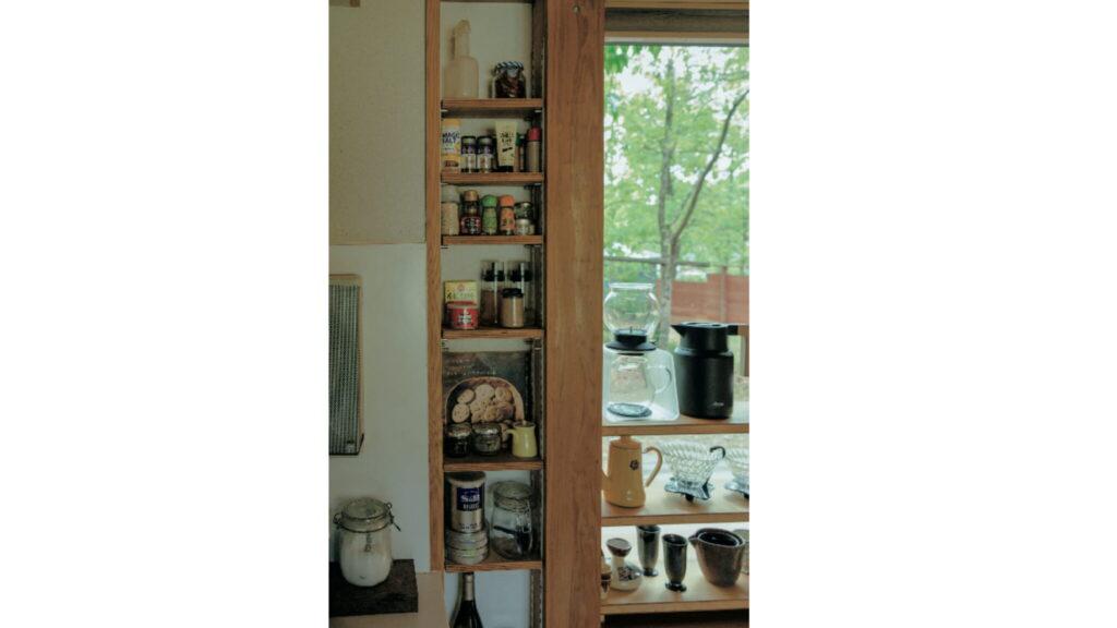 外張り断熱を採用したことで、壁面を有効活用できるように。調味料を収納する細長い棚を設えた。
