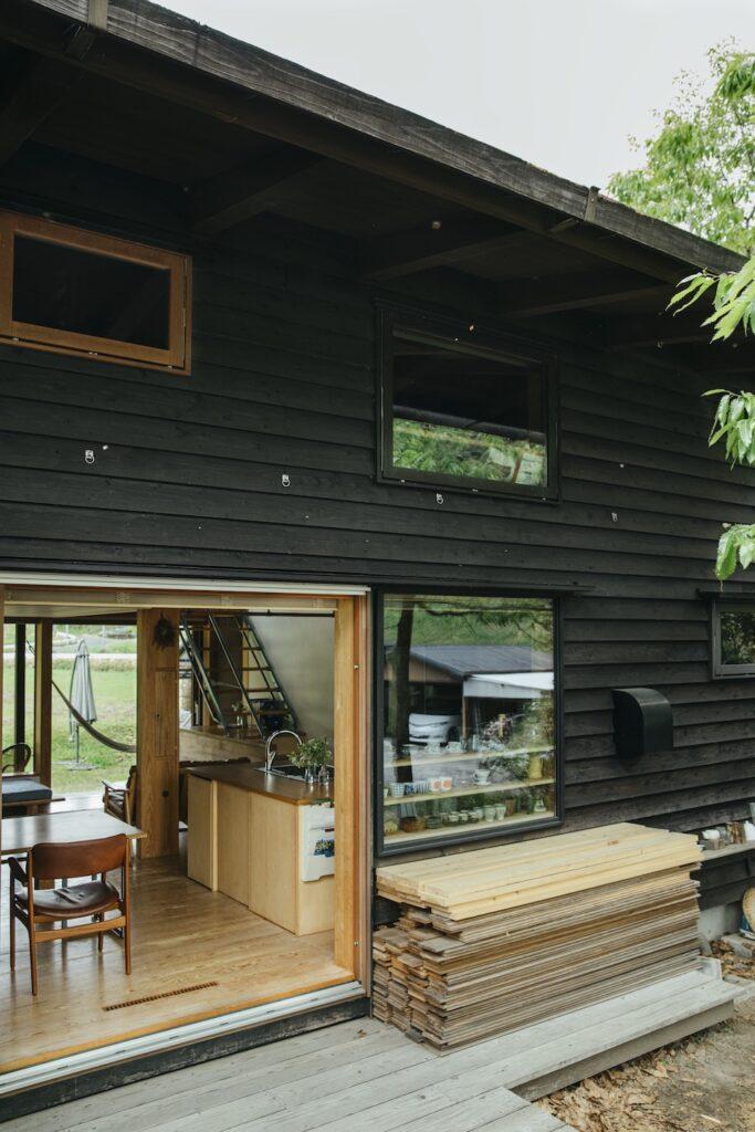 アイランドキッチンからは左右の窓の先の庭を見渡すことができる。天気の良い日は大きな窓を開放し、清々しい風を呼び込む。