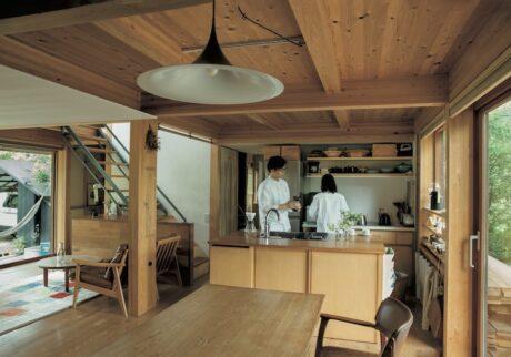 28坪の家に合わせて設計したコンパクトキッチン。天板は水に強いオーク材。