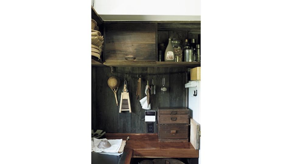 壁の材は移築した奥会津の小屋の外壁を再利用。上段の収納には目隠しとして扉を付けた。